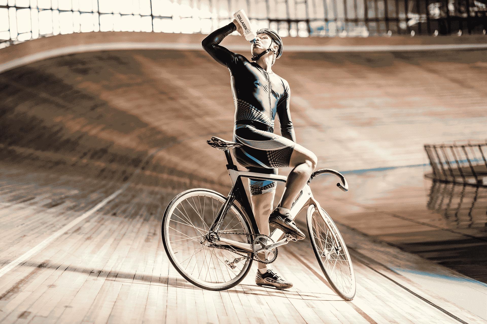 גבר רוכב על אופניים ושותה משקה עם אבקת קולגן