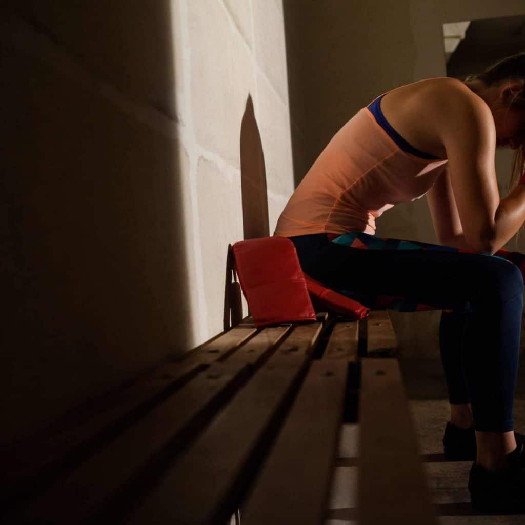 אישה תופסת את הראש וחושבת איך לא מרחה היום קולגן פלוס