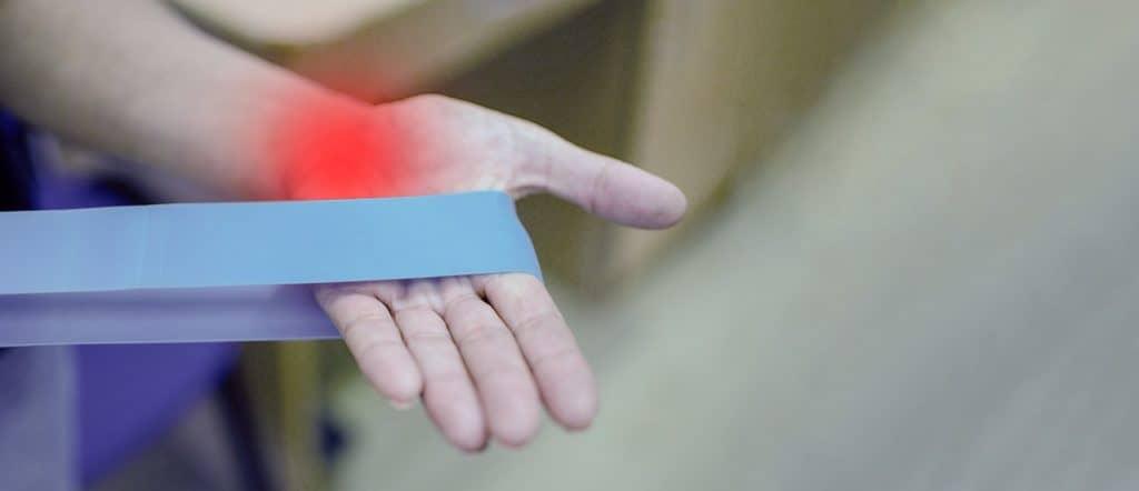 יד מותחת רצועת עור