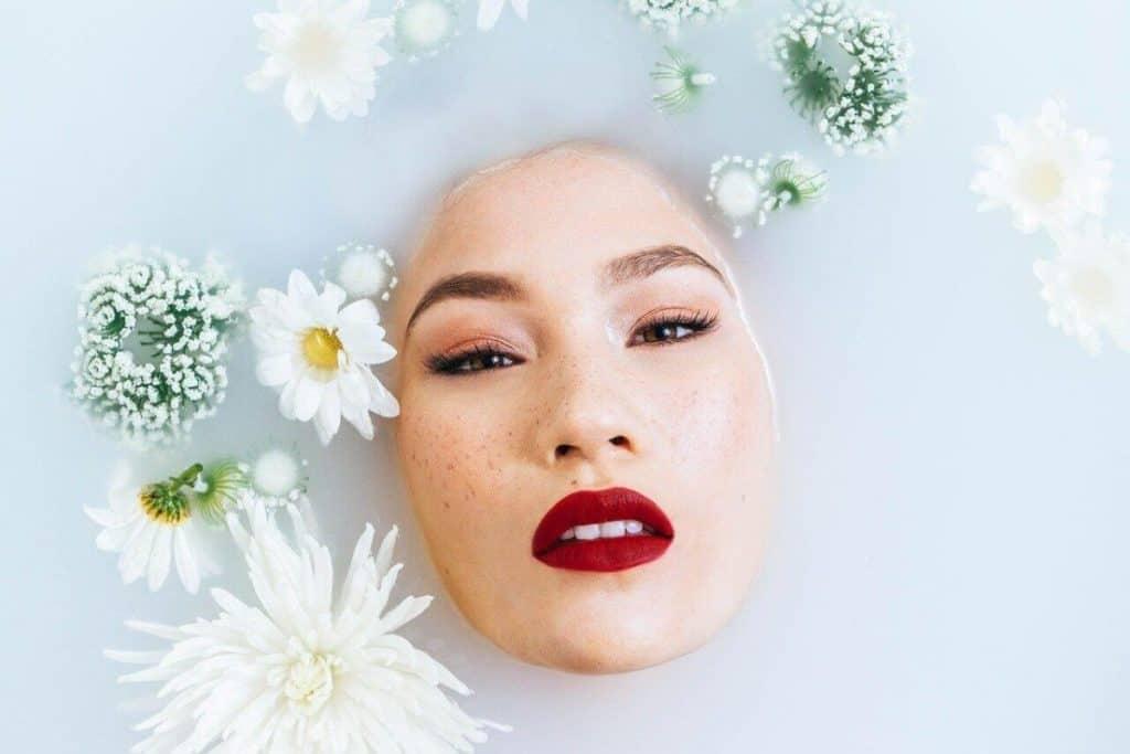 אישה באמבטיה