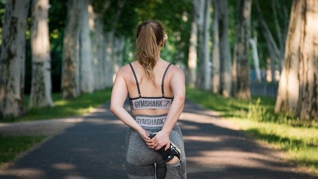 אישה מתעמלת