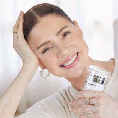 אישה מרוצה משימוש בקולגן פלוס